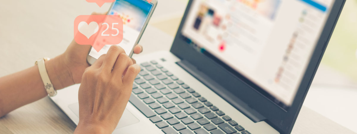 telefoon en laptop social media