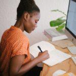 Vrouw aan het schrijven
